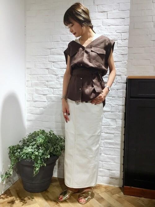 ブラウンシャツブラウス×白デニムロングスカート×ゴールドサンダルのコーデ画像