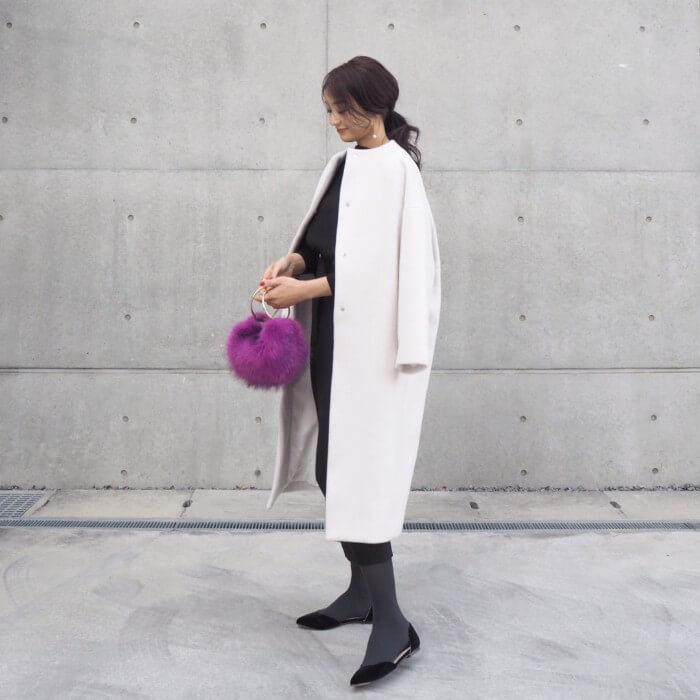 白コート×パープルのふわふわファーバッグ