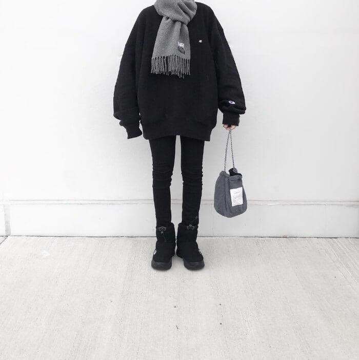 黒スウェット×黒スキニーのコーデ画像