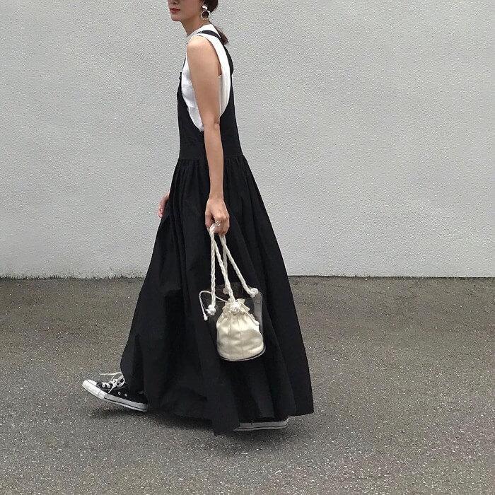 黒ノースリワンピース×白インナー×クリアバッグのコーデ画像