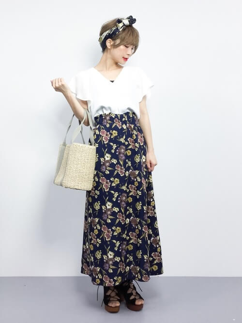 白フリルブラウス×花柄ロングスカートのコーデ画像