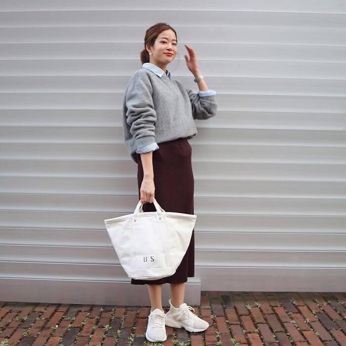 上品ニット×シャツ×ロングタイトスカートにハイテクスニーカーのコーデ画像