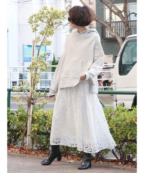 白レースフレアスカート×黒ミドルブーツのコーデ画像