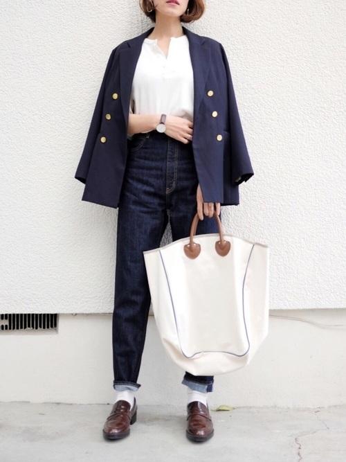 ネイビージャケット×デニム×ペニーローファー×白靴下のコーデ画像