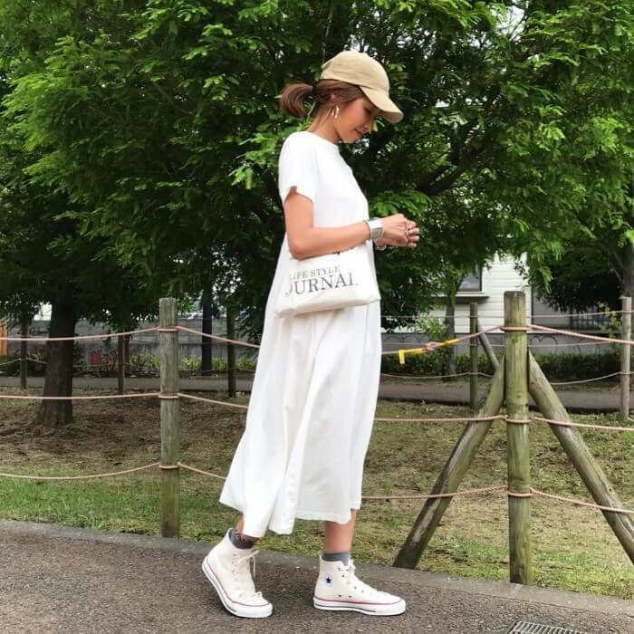 ベージュキャップ×白ワンピース×スニーカーの帽子コーデ画像