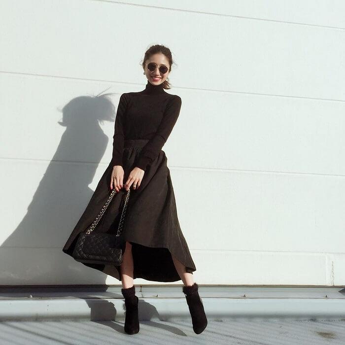 黒フレアスカート×黒ニットのコーデ画像