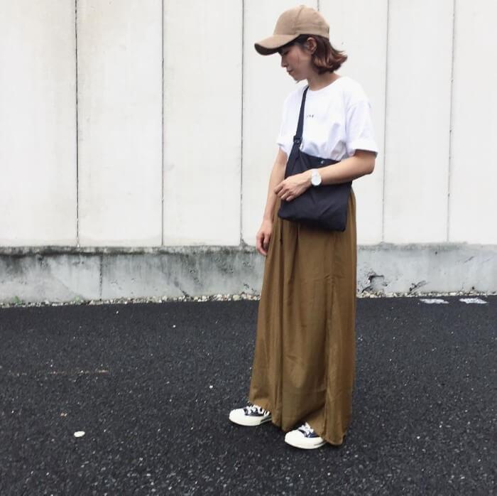 ベージュキャップ×白Tシャツ×ワイドパンツの春夏コーデ画像