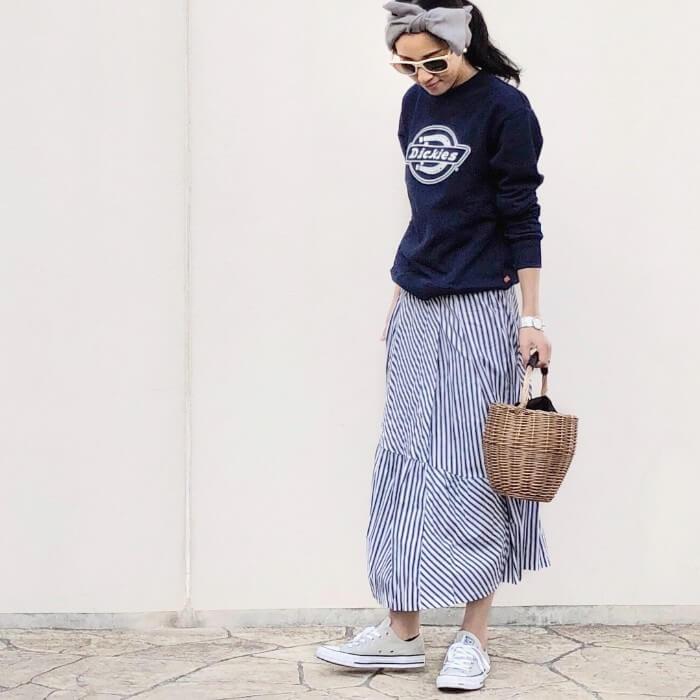 ネイビーロゴスウェット×ストライプスカートのコーデ画像