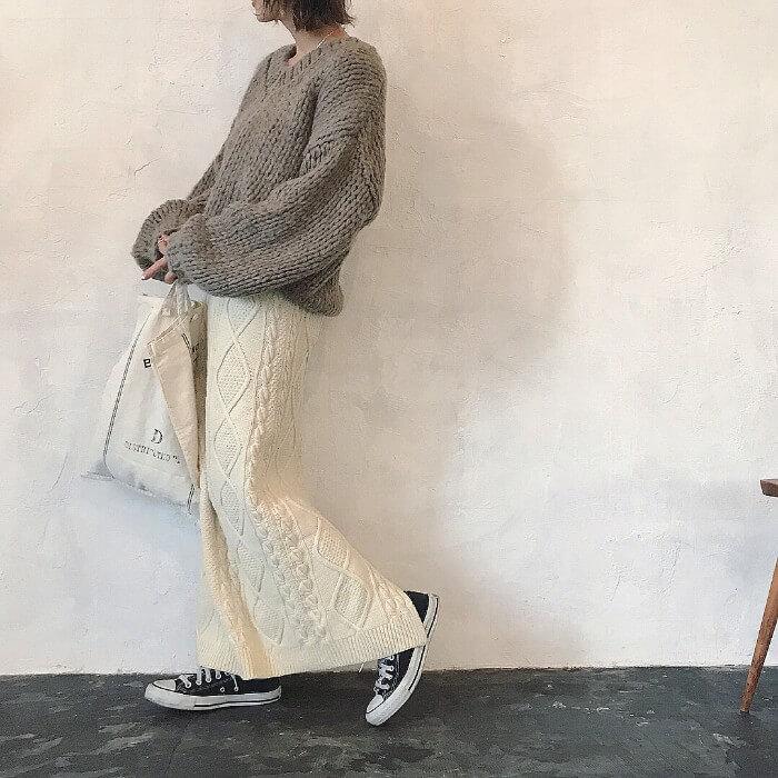 グレーざっくりニット×白ニットスカートのコーデ画像