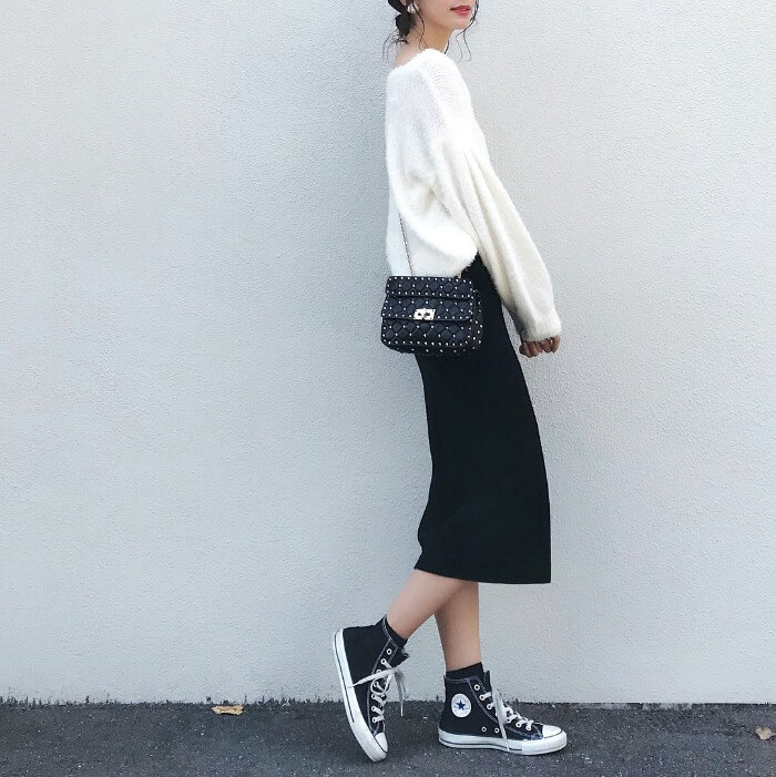 黒のミモレ丈タイトスカート×ゆるニットのコーデ画像