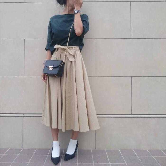 ベージュのフレアスカートと黒パンプス×白靴下のコーデ画像