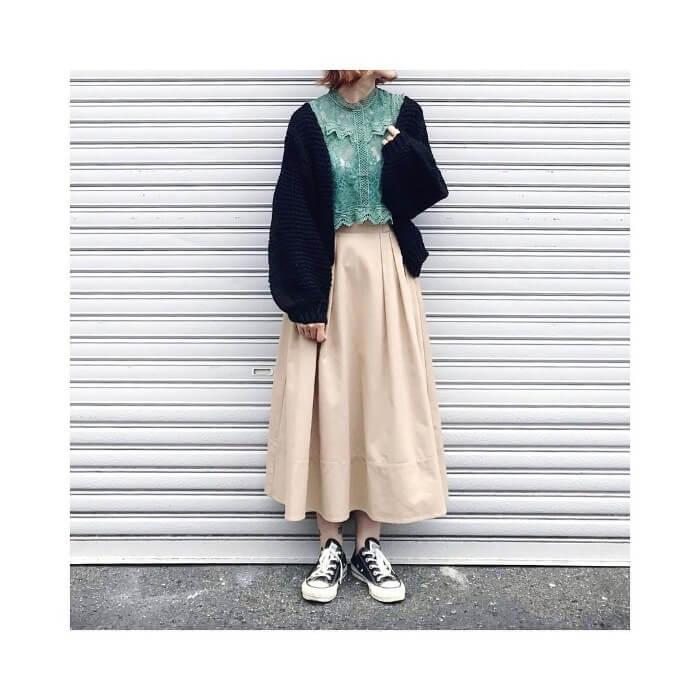 黒のざっくりカーデ×ベージュフレアスカートのコーデ画像