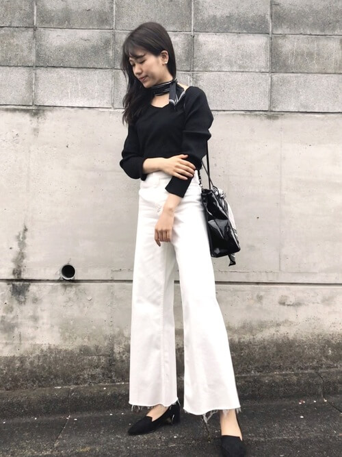 黒スカーフ×黒リブTシャツのコーデ画像