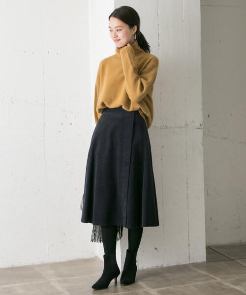 ネイビーフレアスカート×黒ショートブーツのコーデ画像