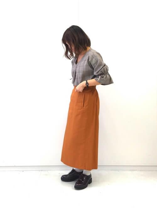グレンチェックシャツ×ブラウンロングタイトスカートのコーデ画像