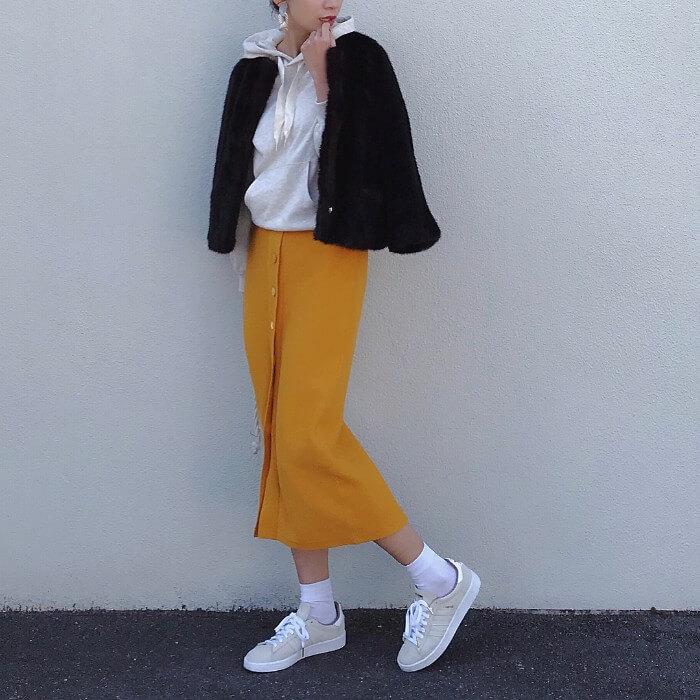 黒ブルゾン×イエロースカートのコーデ画像