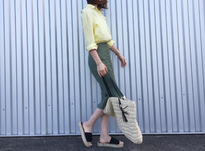 イエローシャツ×カーキタイトスカート×ジュートサンダルのコーデ画像