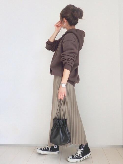パーカー×ロングスカートと黒コンバースのコーデ画像