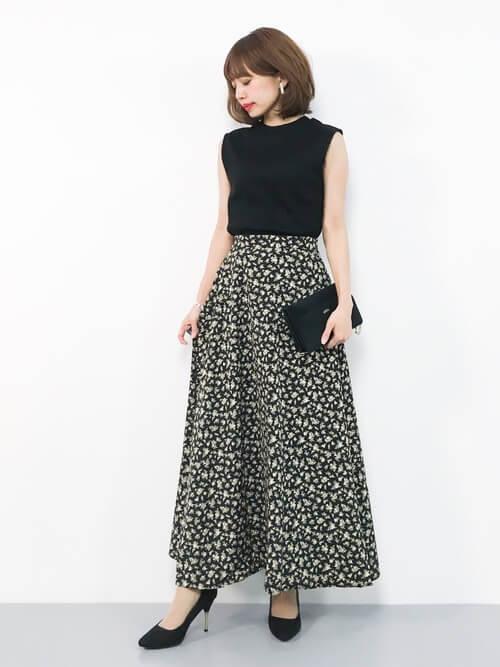 黒ノースリーブカットソー×黒花柄スカートのコーデ画像