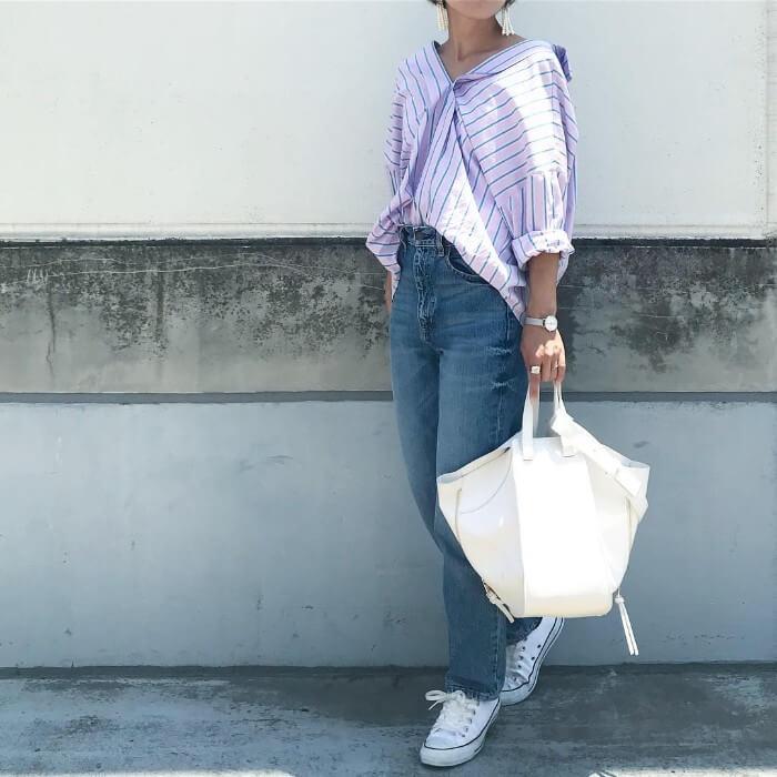抜き襟ストライプシャツのレディースコーデ画像