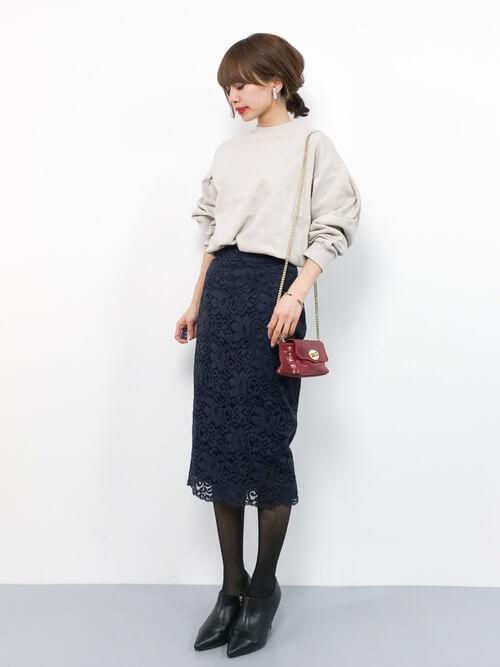 ネイビーレースタイトスカート×ミニチェーンショルダーバッグのコーデ画像