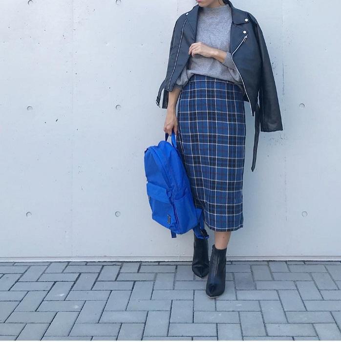 グレーニット×レザージャケット×ブルーベースのタータンチェックタイトスカートのコーデ画像