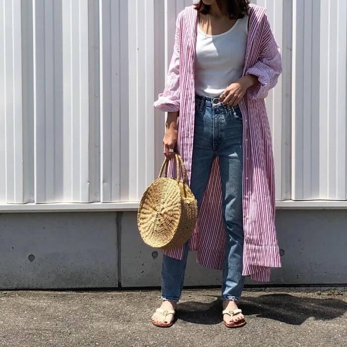 ピンクストライプシャツワンピース×デニムパンツのコーデ画像