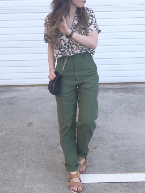 アロハシャツとテーパードパンツのコーデ画像