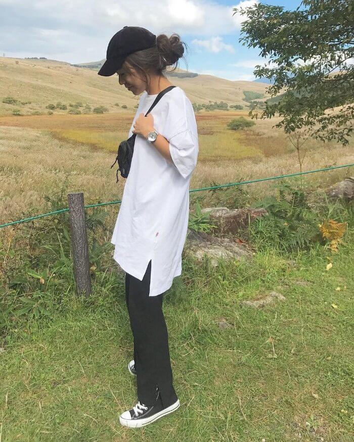 オーバーサイズTシャツ×ベロア黒キャップのコーデ画像