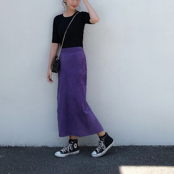 黒リブニット×パープルコーデュロイタイトスカートのコーデ画像