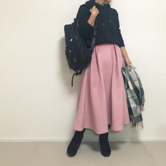 プルオーバーパーカー×キルティングスカート×黒リュックのコーデ画像