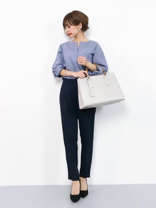 プルオーバー型青シャツのフェミニンコーデ画像