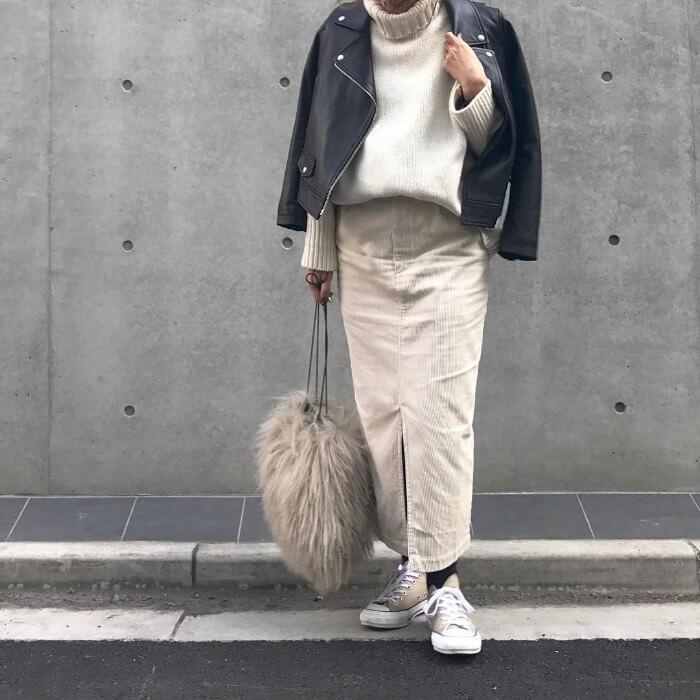 ベージュのコーデュロイスカートと白ニットにスニーカーのコーデ画像