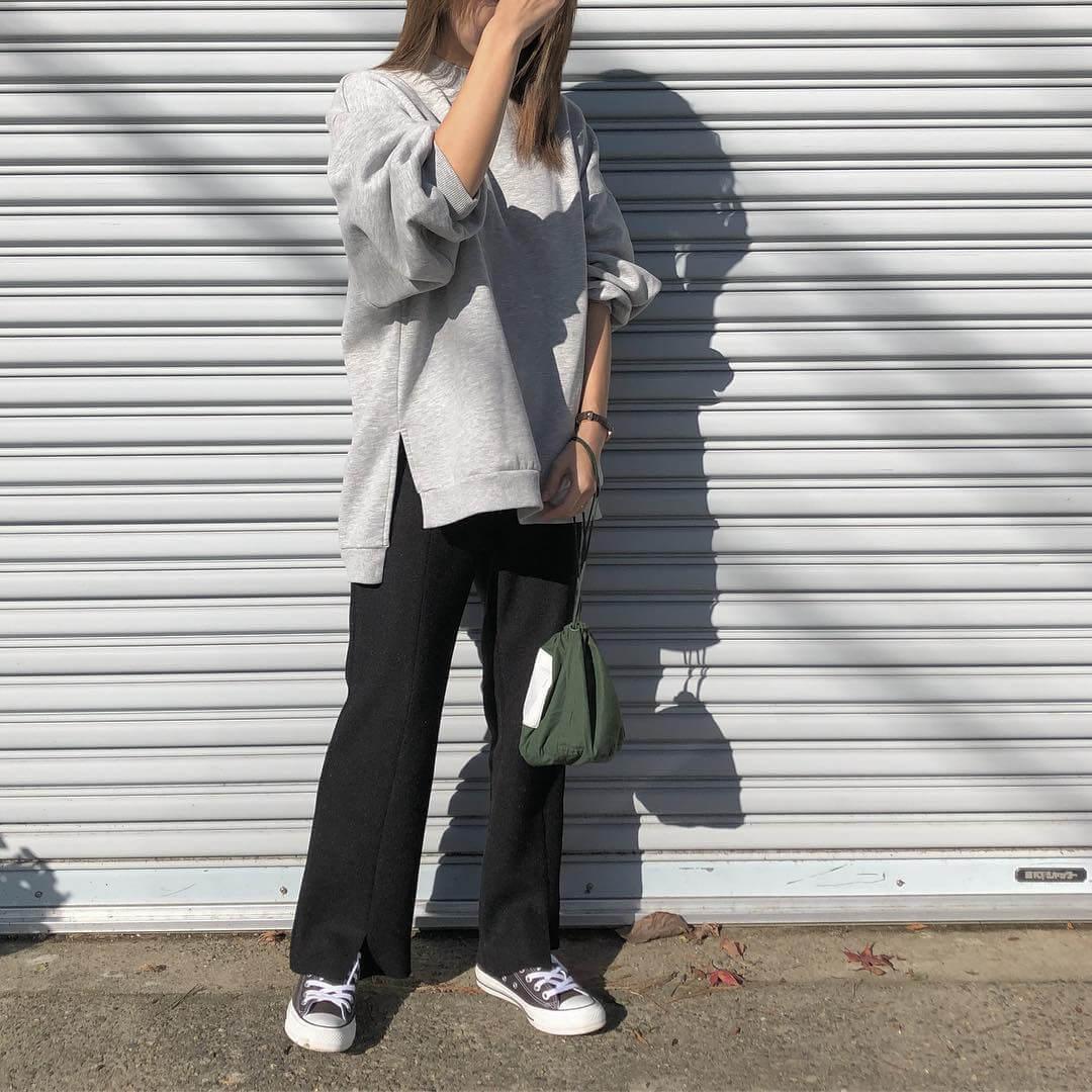 グレースウェット×黒スリットパンツのコーデ画像