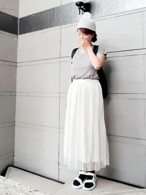 グレーTシャツ×白チュールスカート×カジュアル小物のコーデ画像