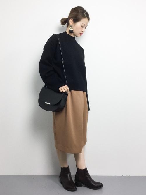 黒ニット×キャメルコクーンスカートのコーデ画像