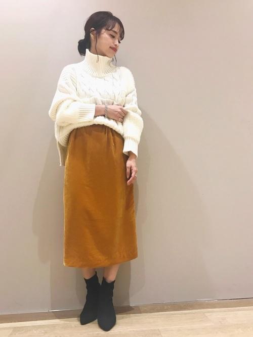 白ニット×ベルベットコクーンスカートのコーデ画像