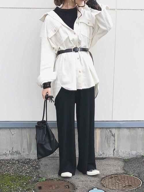 白オーバーサイズシャツ×黒ワイドパンツ×黒ベルトのコーデ画像