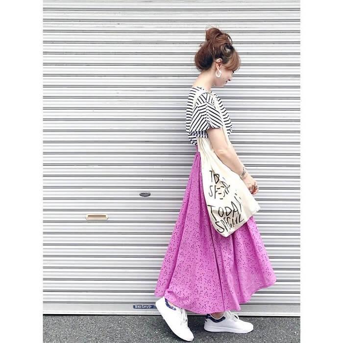 ピンクレーススカート×白スニーカーのコーデ画像