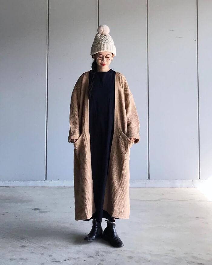 白ニット帽×黒ワンピース×ロングカーディガンのコーデ画像