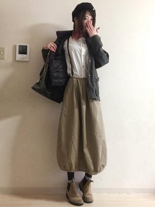 ブラウンサスペンダー×白シャツ×ベージュバルーンスカートのコーデ画像