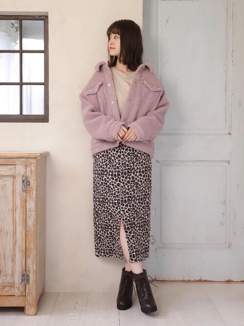 レオパード柄スカート×Gジャン風ピンクボアブルゾンのコーデ画像