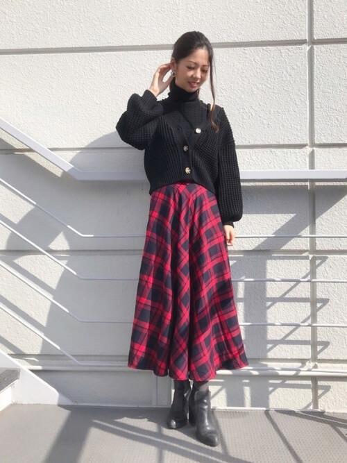 黒ショート丈カーデ×チェックフレアスカートのコーデ画像