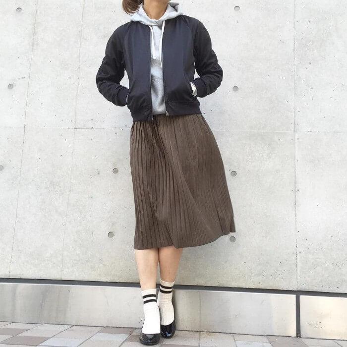ブルゾン×プリーツスカート×ラインソックス×パンプスのコーデ画像