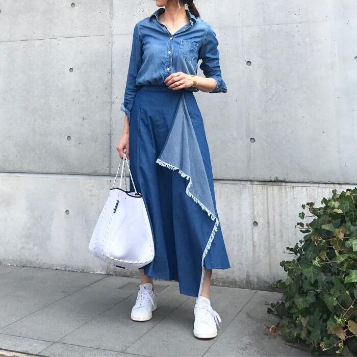 デニムシャツ×ダンガリーフレアスカートのコーデ画像