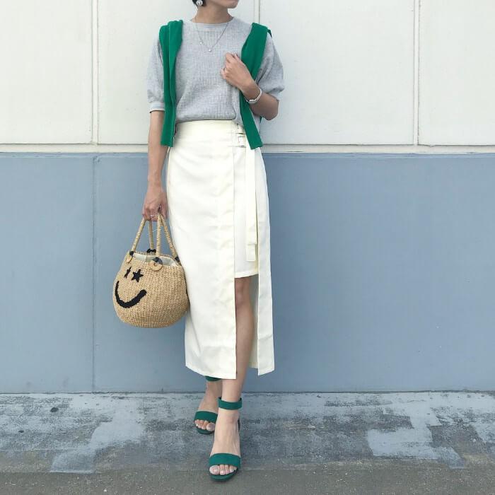 スリット入り白タイトスカート×グリーンのコーデ画像