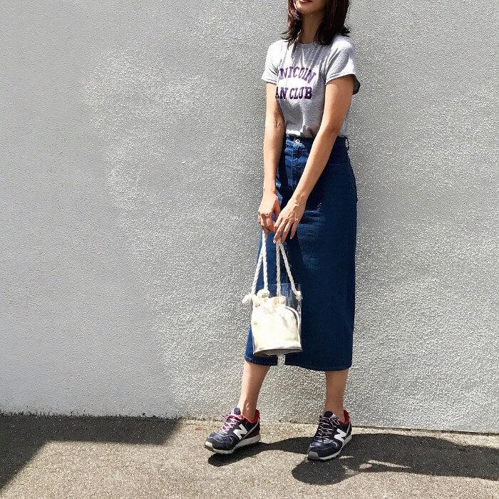 ロゴTシャツ×ロング丈デニムタイトスカート×スニーカーのコーデ画像