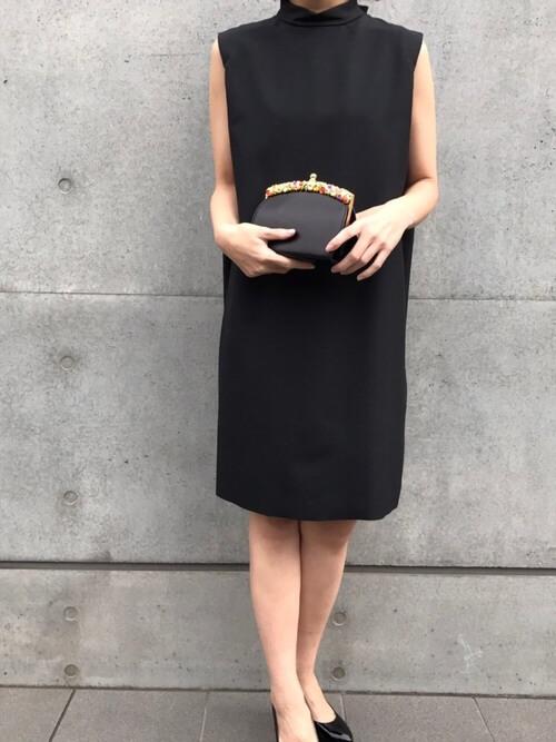 黒ドレス×クラッチバッグのコーデ画像