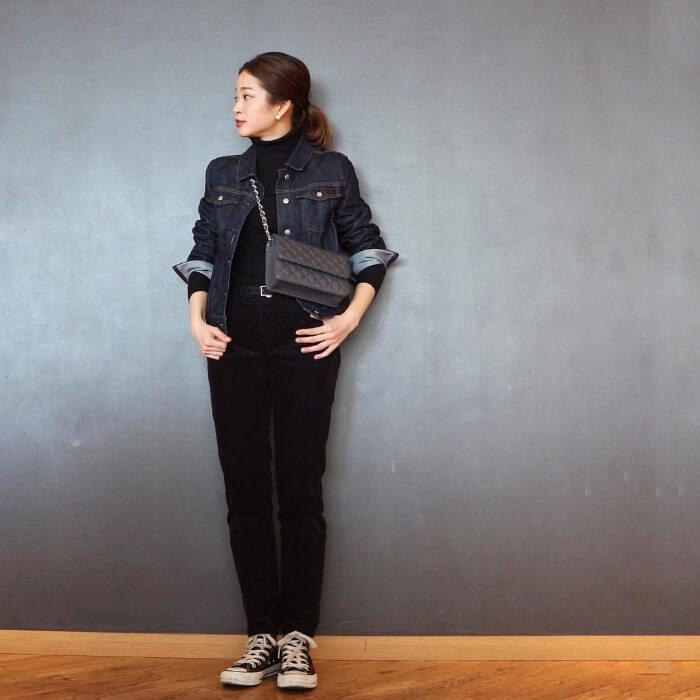 黒パンツ×デニムジャケットのコーデ画像