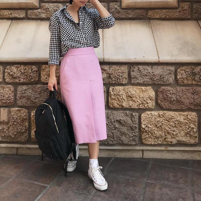 チェックシャツ×ピンクスカートのコーデ画像